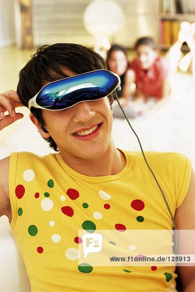 Mann trägt ein Virtual-Reality-Headset