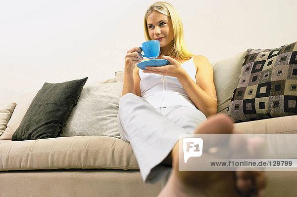 Mädchen auf Sofa sitzend