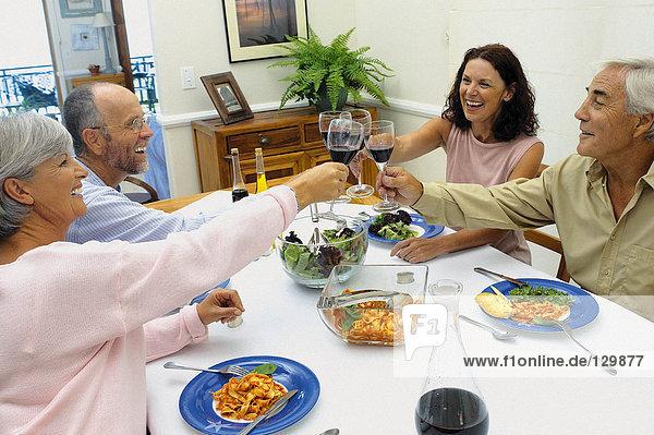 Freunde beim gemeinsamen Essen