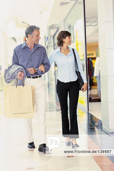 Mann und Frau beim Einkaufen