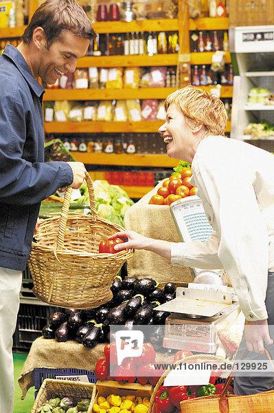 Paar bekommt Gemüse
