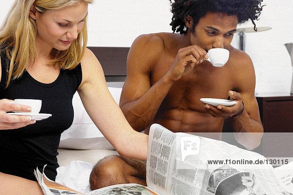 Paar beim Kaffee im Bett