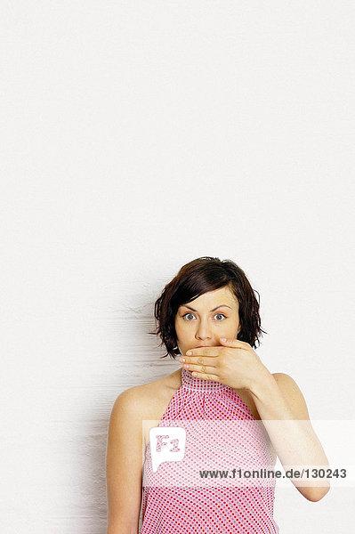 Frau  die den Mund bedeckt