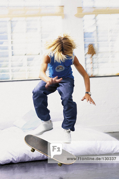 Teenager Junge auf Skateboard
