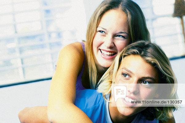 Teenager-Junge gibt Huckepack für Teenager-Mädchen