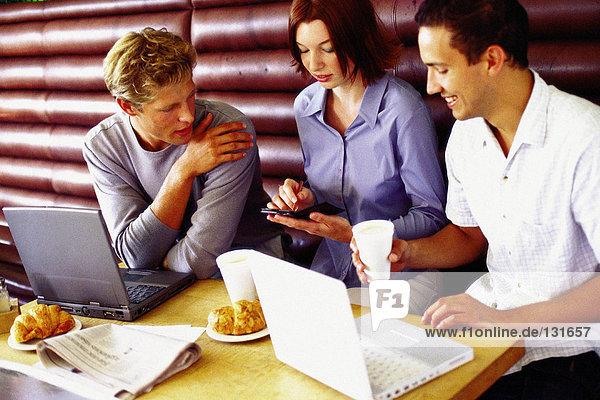 Männer und Frauen diskutieren über die Arbeit in der Bar