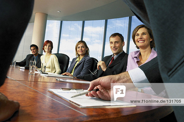 Geschäftsleute im Sitzungssaal