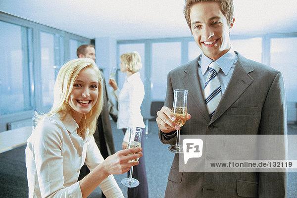 Geschäftsleute mit Bürogetränken