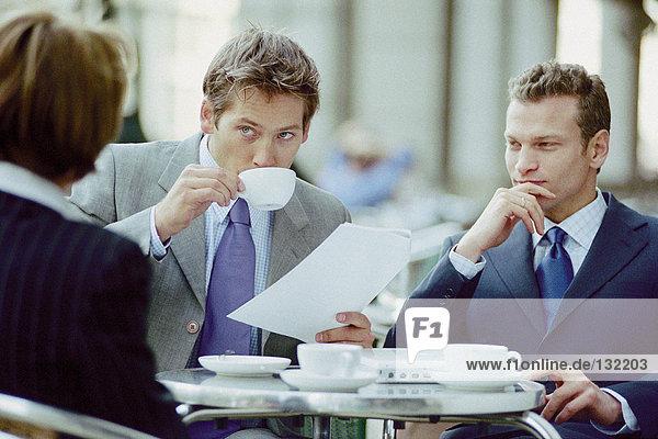 Geschäftsleute treffen sich im Cafe Geschäftsleute treffen sich im Cafe