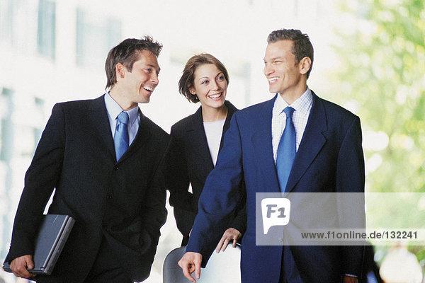 Geschäftsleute zu Fuß Geschäftsleute zu Fuß