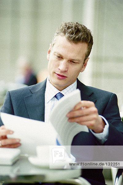 Geschäftsmann beim Lesen in einem Café Geschäftsmann beim Lesen in einem Café