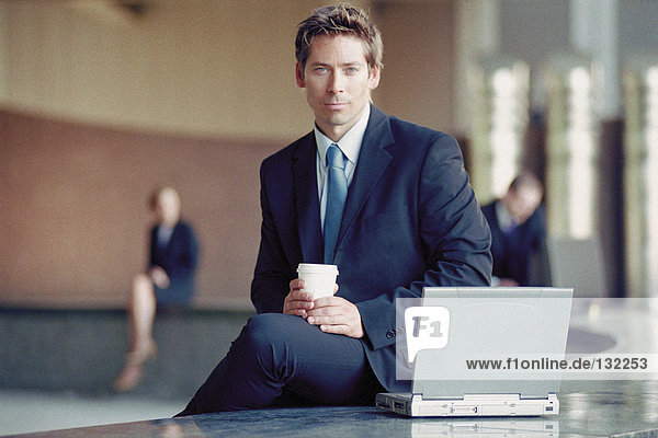 Geschäftsmann draußen mit Laptop Geschäftsmann draußen mit Laptop