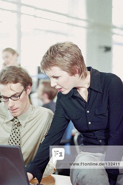 Geschäftsmann und Geschäftsfrau mit Laptop im Büro
