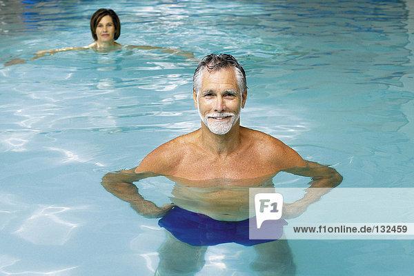 Mann und Frau im Schwimmbad