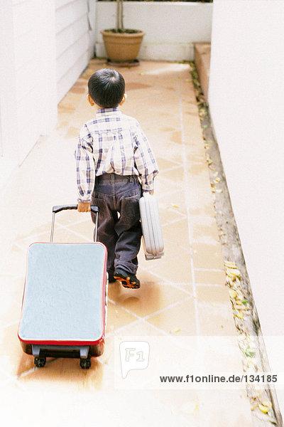 Junge mit Gepäck
