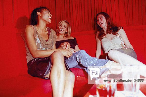 Frauen bei einem Drink