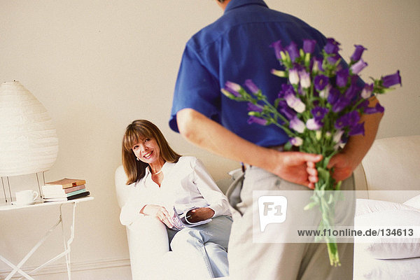 Mann will der Frau Blumen schenken
