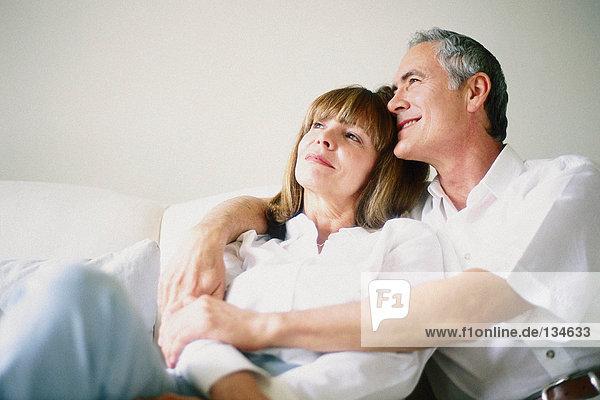 Mann und Frau zusammen auf dem Sofa