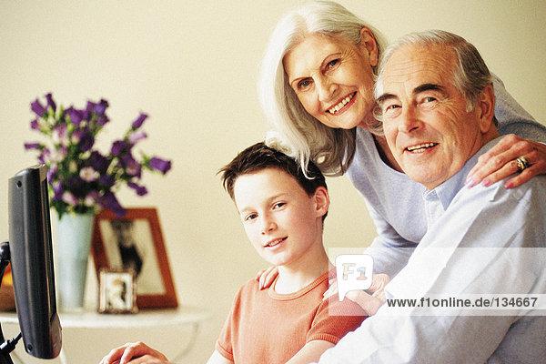 Großeltern und Enkel am Computer
