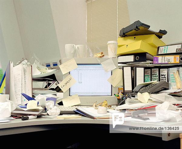 Unordentlicher Schreibtisch