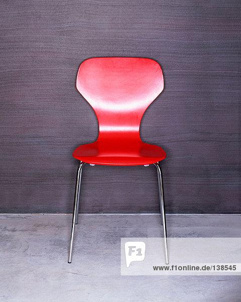 Ein trendiger roter Stuhl