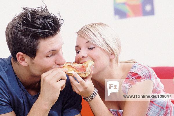 Junges Paar beim gemeinsamen Essen