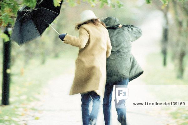 Paar unter dem Schirm Paar unter dem Schirm