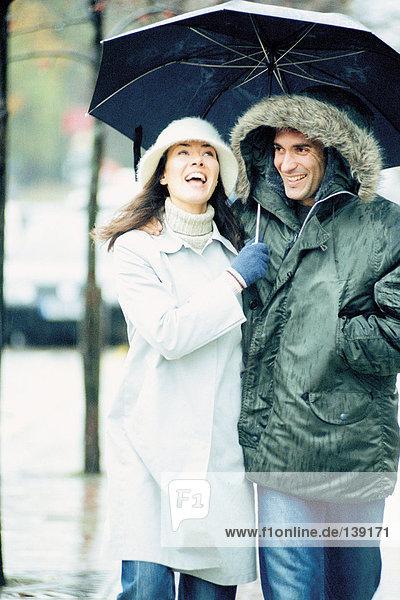 Paar unter dem Schirm