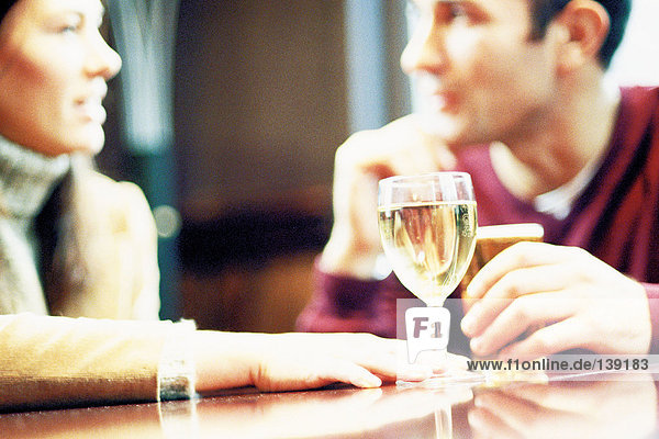 Paar bei einem Drink