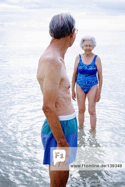 Ein reifes Paar im Wasser