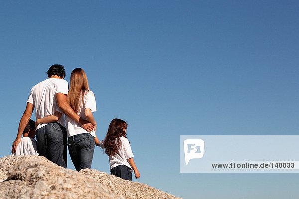 Junge Familie an einem sonnigen Tag