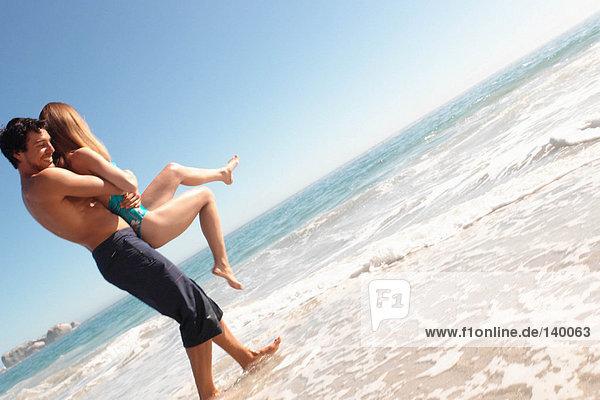 Mann mit einer Frau am Strand Mann mit einer Frau am Strand