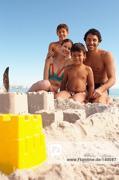 Eine glückliche Familie am Strand