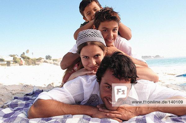Familie am Strand liegend