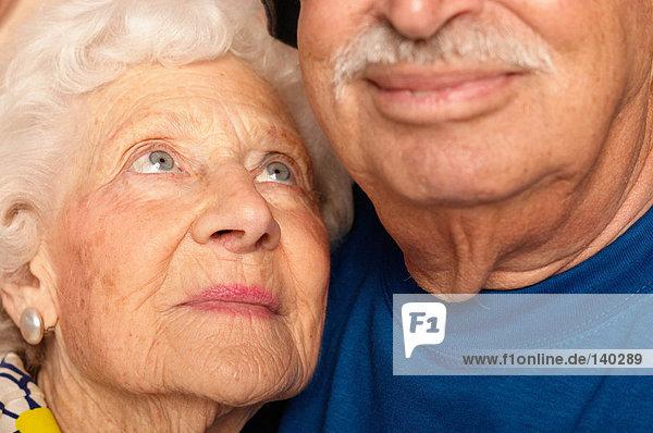 Älteres Paar Wange an Wange