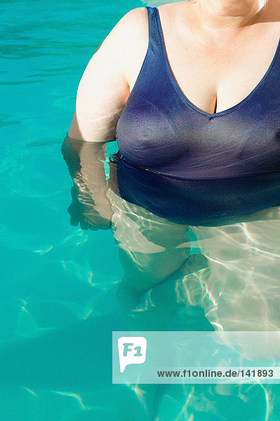 Große Frau im Schwimmbad