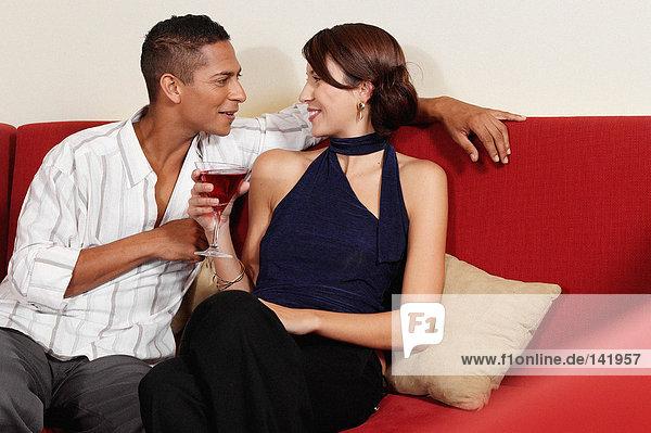 Paar trinkt auf dem Sofa
