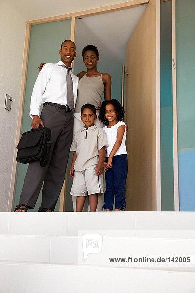 Familie im Eingang stehend