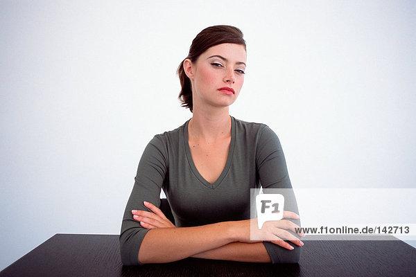 Weiblich mit Blick auf die Kamera