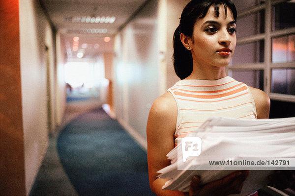 Frau mit Papierstapel