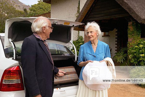 Seniorenpaar  das mit dem Auto anreist