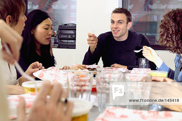 Freunde essen Fast Food am Tisch