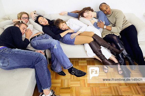 Freunde schlafen auf dem Sofa