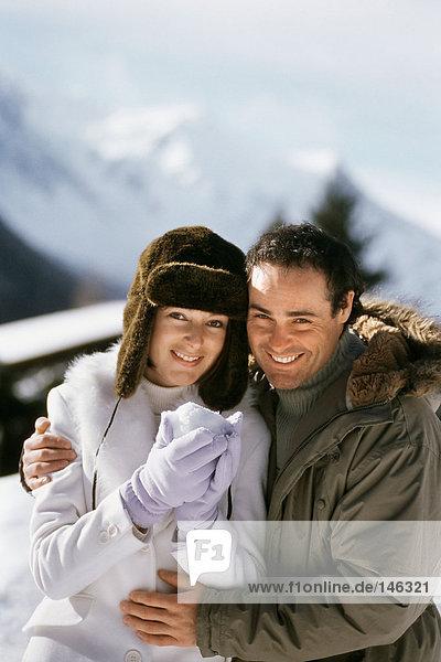 Porträt eines Paares mit Schneeball