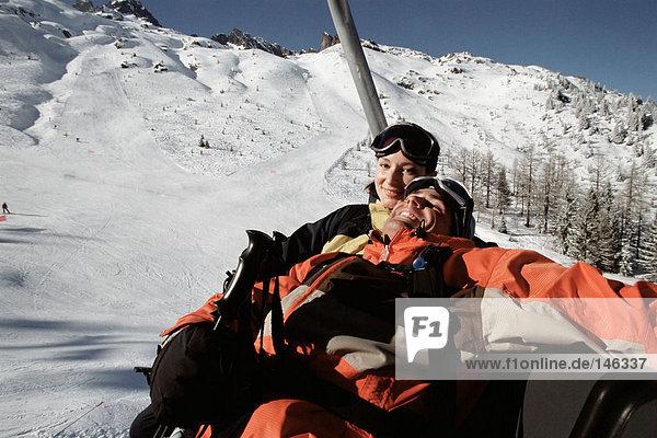 Paar auf einem Skilift