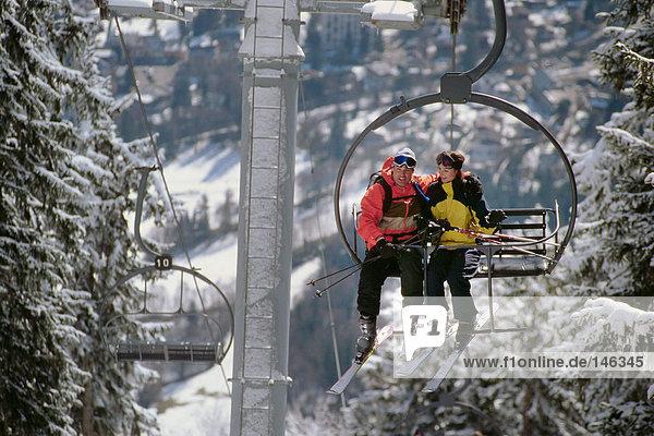 Paar auf einem Skilift Paar auf einem Skilift