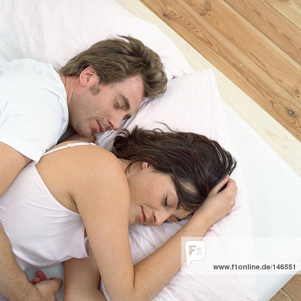 Nahes Paar im Bett schlafend