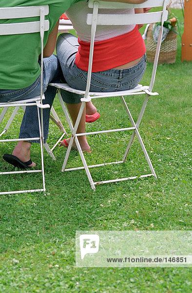 Paar auf Stühlen im Garten
