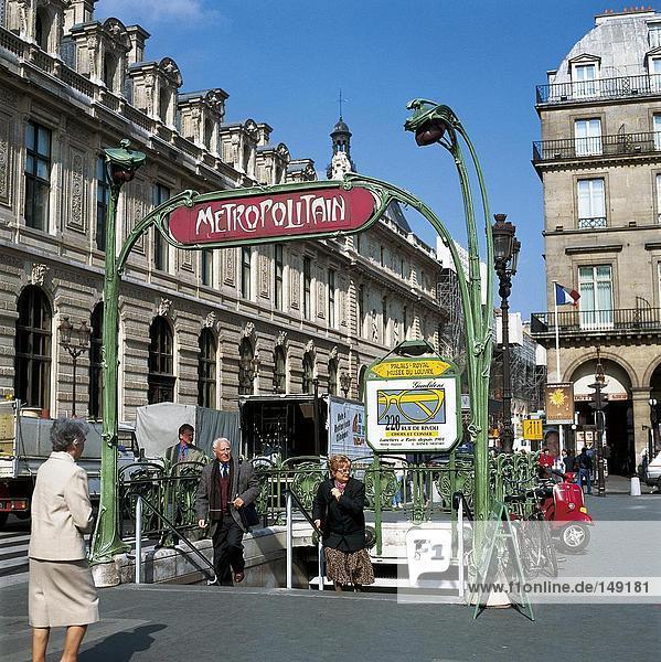 Menschen am Eingang der Metro-Station  Musee du Louvre  Paris  Frankreich
