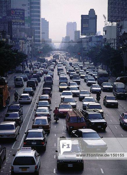 Verkehr auf Road in Bangkok  Thailand-Stadt